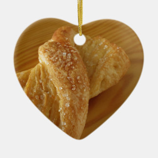 Ornamento De Cerâmica Bolo frito em uma mesa de madeira com açúcar