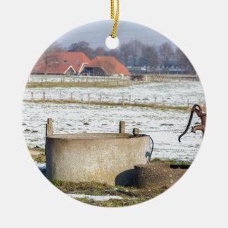 Ornamento De Cerâmica Bomba de água e bem na paisagem da neve do inverno