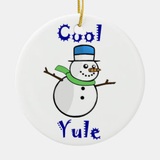Ornamento De Cerâmica Boneco de neve legal de Yule no chapéu alto azul