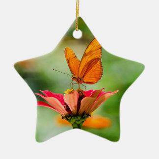 Ornamento De Cerâmica Borboleta brilhante na margarida alaranjada