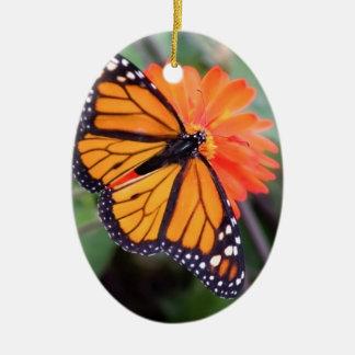 Ornamento De Cerâmica Borboleta de monarca na flor alaranjada