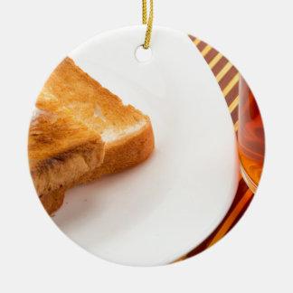 Ornamento De Cerâmica Brinde quente com manteiga e copo do chá