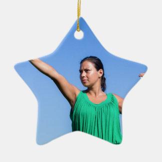 Ornamento De Cerâmica Bumerangue de jogo da mulher holandesa no céu azul