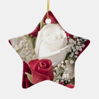 Ornamento De Cerâmica buquê das rosas vermelhas com o um rosa branco no
