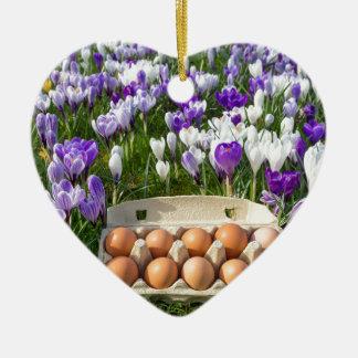 Ornamento De Cerâmica Caixa de ovo com os ovos da galinha nos açafrões