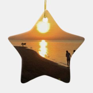 Ornamento De Cerâmica Caminhada da manhã na praia