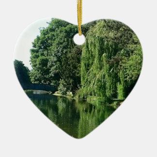 Ornamento De Cerâmica Caminhada ensolarada verde do rio das árvores do