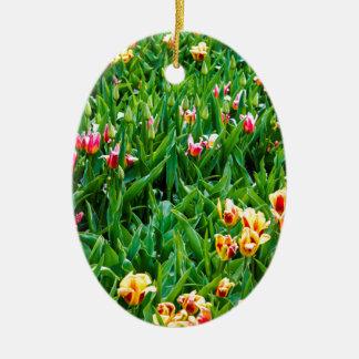 Ornamento De Cerâmica Campo com as tulipas cor-de-rosa e amarelas