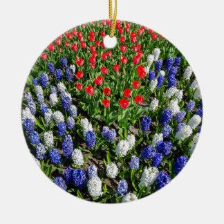 Ornamento De Cerâmica Campo de flores com as tulipas azuis e os jacintos