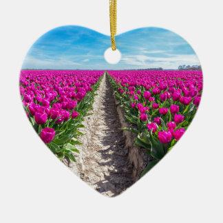 Ornamento De Cerâmica Campo de flores com tulipas e o trajeto roxos