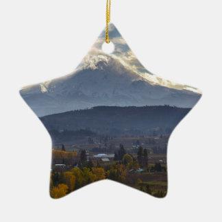 Ornamento De Cerâmica Capa coberto de neve do Mt no Outono de Oregon