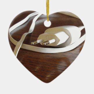 Ornamento De Cerâmica Carregador branco do smartphone na mesa de madeira