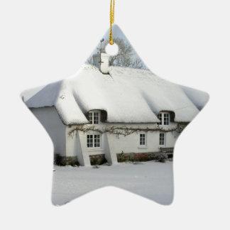 Ornamento De Cerâmica Casa de campo inglesa Thatched na neve