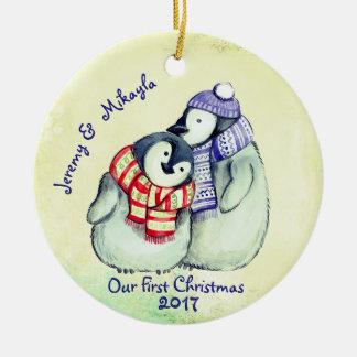 """Ornamento De Cerâmica Casal bonito do pinguim """"nosso primeiro Natal """""""