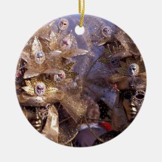 Ornamento De Cerâmica Casal Venetian com os trajes dourados do carnaval