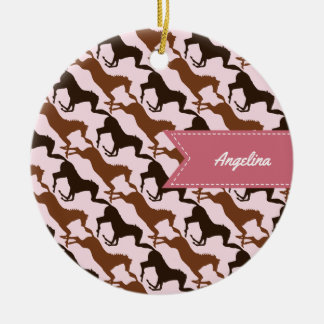 Ornamento De Cerâmica Cavalos de Brown no rosa modelado