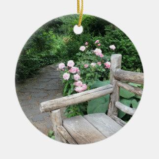 Ornamento De Cerâmica Central Park NYC dos rosas do banco do jardim de