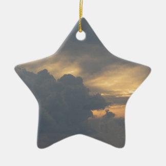 Ornamento De Cerâmica Céu morno com as nuvens de cúmulo-nimbo dos