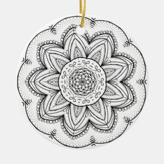 Ornamento De Cerâmica Círculo preto & branco da mandala tirada mão da