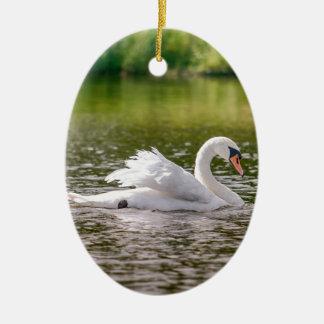Ornamento De Cerâmica Cisne branca em um lago