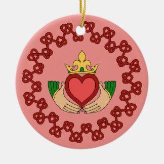 Ornamento De Cerâmica Claddagh e Knotwork vermelho no rosa