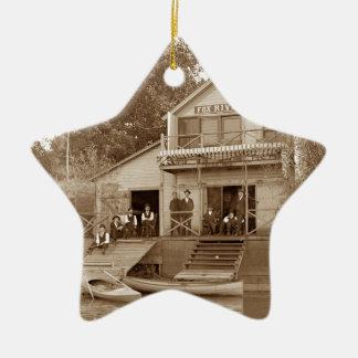 Ornamento De Cerâmica clube do rio do Fox do clube dos homens dos 1880's