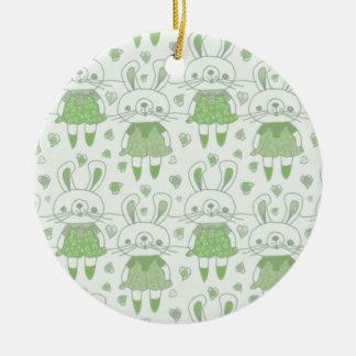 Ornamento De Cerâmica Coelhos felizes no verde