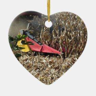 Ornamento De Cerâmica Colheita do milho da colheita mecanizada no campo