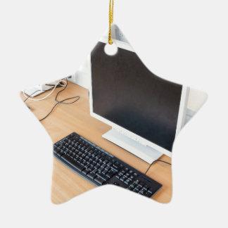 Ornamento De Cerâmica Computador de secretária na classe do computador