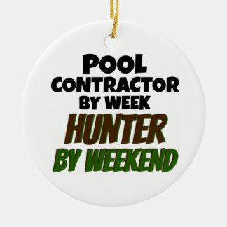 Ornamento De Cerâmica Contratante da piscina pelo caçador da semana em o