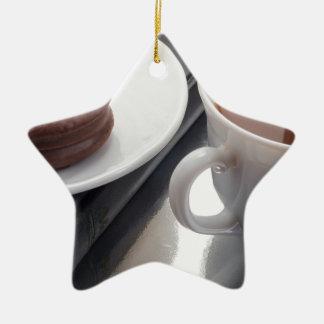 Ornamento De Cerâmica Copo branco com cacau e o biscoito com cobertura