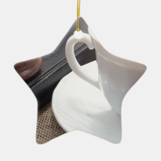 Ornamento De Cerâmica Copo branco do cacau quente e de um biscoito do