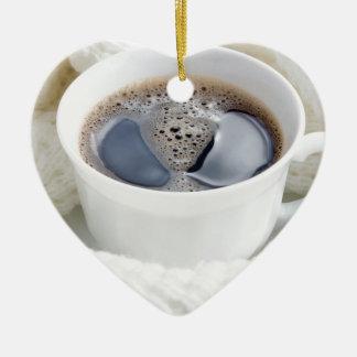 Ornamento De Cerâmica Copo branco do café quente cercado por uma lã