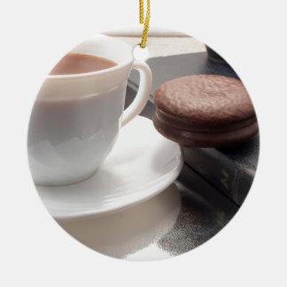 Ornamento De Cerâmica Copo branco do chocolate quente e dos biscoitos