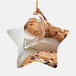 Ornamento De Cerâmica Copo de vidro com os biscoitos do leite e de