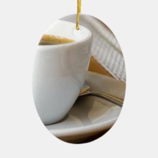 Ornamento De Cerâmica Copo pequeno do café em uns pires com açúcar
