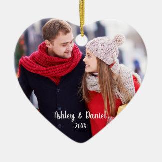 Ornamento De Cerâmica Coração do vermelho da foto do casal do Natal