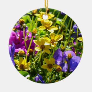 Ornamento De Cerâmica Coreopsis amarelo e floral colorido das violas