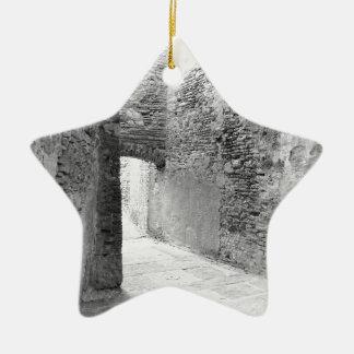 Ornamento De Cerâmica Corredores escuros de uma estrutura velha do