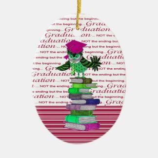 Ornamento De Cerâmica Coruja que veste o boné sobre livros, formando do