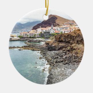 Ornamento De Cerâmica Costa portuguesa com a vila de montanhas da praia