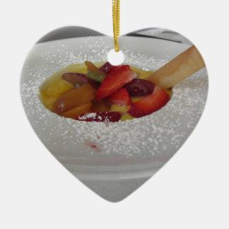 Ornamento De Cerâmica Creme do Zabaglione com fruta fresca e a bolacha