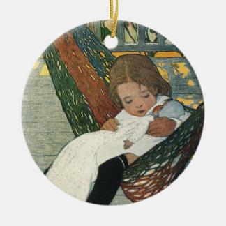 Ornamento De Cerâmica Criança do vintage com uma boneca por Jessie
