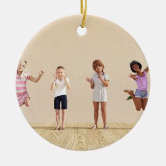 Ornamento De Cerâmica Crianças felizes em um centro do centro de dia ou