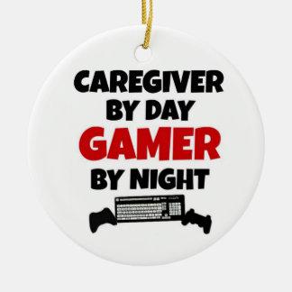 Ornamento De Cerâmica Cuidador pelo Gamer do dia em a noite