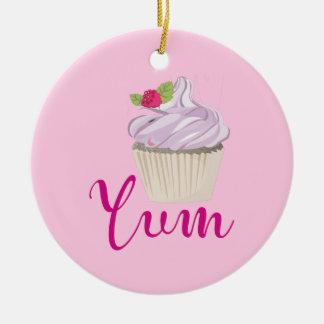 Ornamento De Cerâmica Cupcake cor-de-rosa sonhador com framboesa Yum!