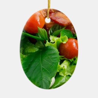 Ornamento De Cerâmica Detalhe de uma placa com tomates de cereja, ervas