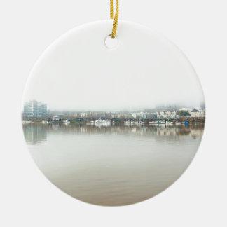 Ornamento De Cerâmica Dia nevoento no beira-rio de Portland OU de centro