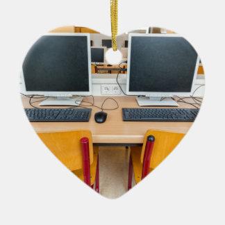Ornamento De Cerâmica Dois computadores na sala de aula no segundo grau