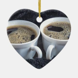 Ornamento De Cerâmica Dois copos brancos com café preto e espuma